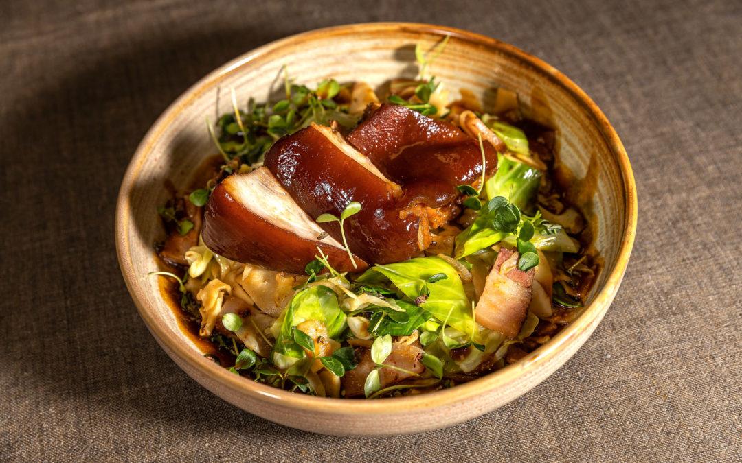 Stelze in WienerWürze gekocht mit Kraut-Speckfleckerl
